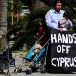 Mezczyzna-protestujacy-przeciwko-dzialaniom-cypryj