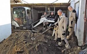 Według kierownika badań prof. Krzysztofa Szwagrzyka, pełnomocnika prezesa IPN ds. poszukiwań miejsc pochówku ofiar terroru komunistycznego, teren badań jest bardzo trudny (FOT. M. MAREK)