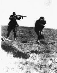 Niemiec strzela do kobiety