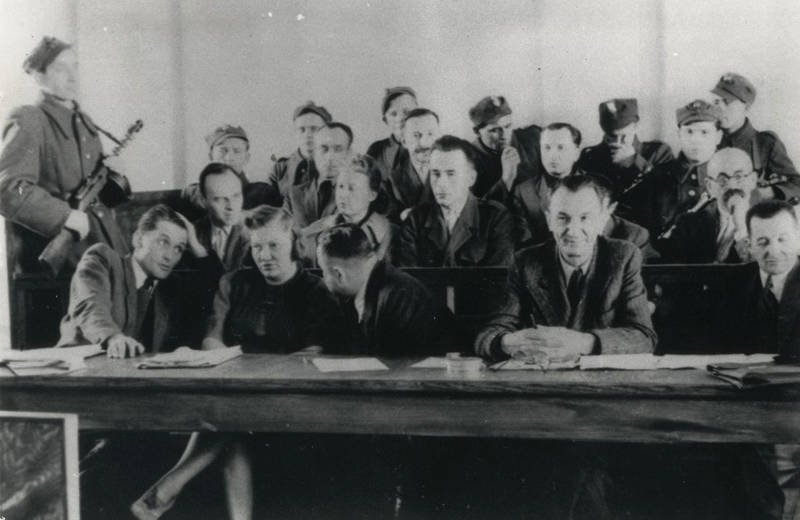 """Proces pokazowy rotmistrza Witolda Pileckiego. Marzec 1948 r., fotografia opublikowana w """"Głosie Ludu"""" (fot. Wikimedia Commons / )"""