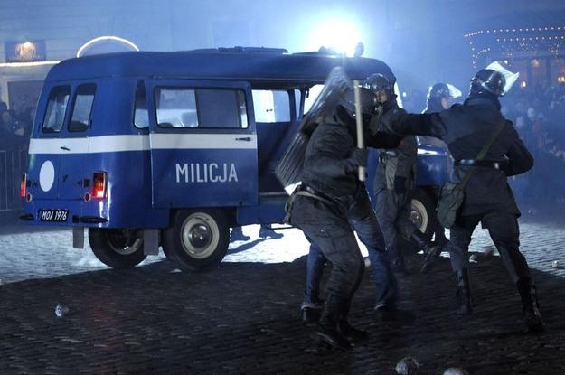 To tylko inscenizacja, ale za PRL-u tak władza pacyfikowała nielegalnie demonstrujących studentów Fot. Michał Wargin /East News