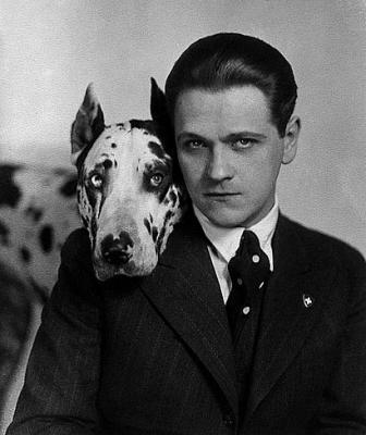 Eugeniusz Bodo ze swoim psem Sambo - Źródło Wikipedia
